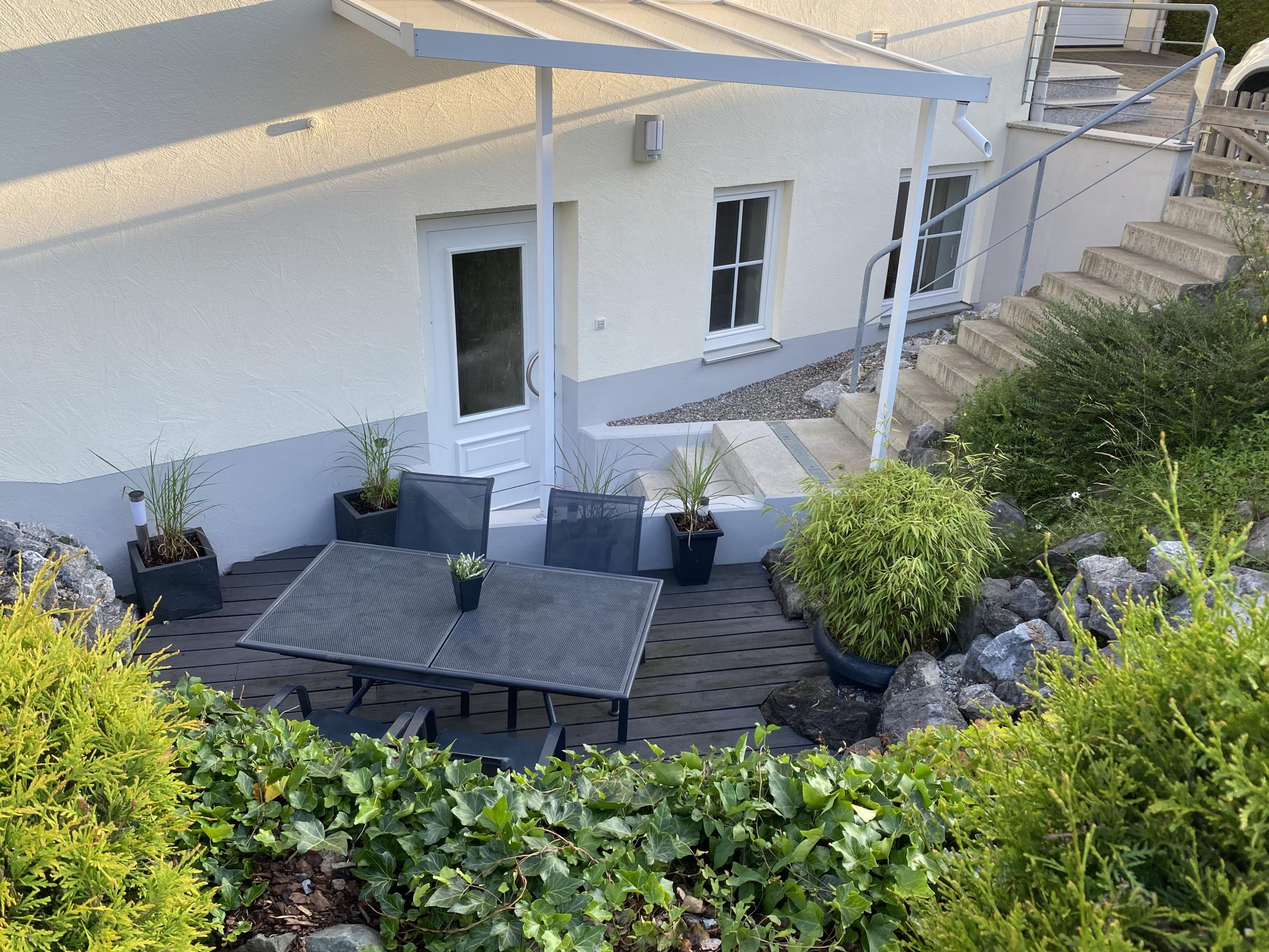 Terrasse und Eingang Ferienwohnung